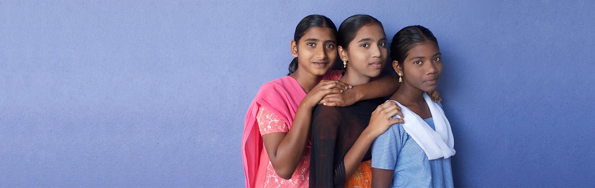 trois filles indiennes souriantes