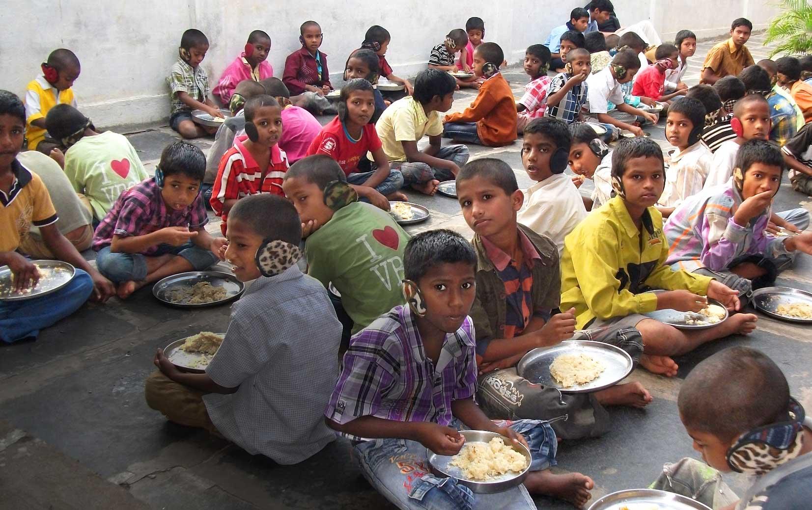 les enfants de l'orphelinat sont en train de manger du riz